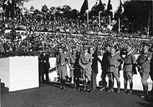 Czarno-białe zdjęcie Adolfa Hitlera na kongresie partii nazistowskiej w Norymberdze w 1935 roku.