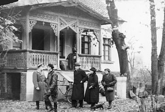 A Nazi official assigns a Polish house in Warthegau to Baltic German resettlers Bundesarchiv Bild 183-E12315, Warthegau, Baltendeutsche Umsiedler.jpg