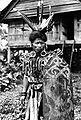 COLLECTIE TROPENMUSEUM Een Dajak uit Kutai in oorlogskleding Borneo TMnr 10005634.jpg