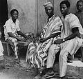 COLLECTIE TROPENMUSEUM Een Yoruba man en jongens poseren tijdens een mancala spel TMnr 20016857.jpg