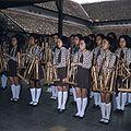 COLLECTIE TROPENMUSEUM Meisjes met angklungs TMnr 20018432.jpg