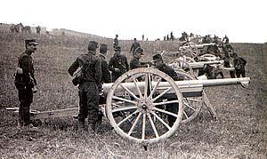 photographie d'une batterie d'artillerie avec des canons de 75 mm