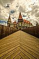Castelul Corvinestilor - vedere median-frontala de pe podul de acces.jpg