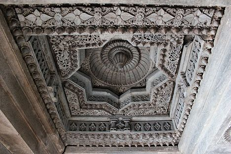 Ceiling art in the mantapa of Akkana Basadi at Shravanabelagola 1.JPG