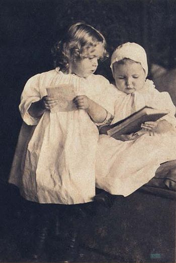 English: Children_reading