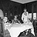De kinderen van gouverneur Struycken aan het diner. V.l.nr. Thomas, Pia en Huib, Bestanddeelnr 252-2841.jpg