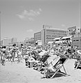 Drukbezocht strand met badgasten in strandstoelen, Bestanddeelnr 255-1978.jpg