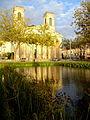 Eglise Saint-Louis et son reflet, place Napoléon à La Roche-sur-Yon.JPG