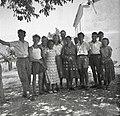 Ekipa pred šolo v Marezigah s tov. predsednikom KLO v Marezigah 1950.jpg