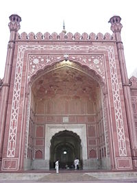 Entrance gate of Badshahi masjid.jpg