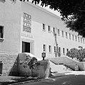 Entree Weizmann Institute te Rehovot met tweetalig opschrift boven de ingang, Bestanddeelnr 255-4926.jpg