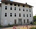 """Entwohnt, dem Verfall preisgegeben - Ehemaliges Sanatorium auf der """"Insel"""" (Haupthaus mit originaler Eingangstür) - Eschwege Bremer Straße - panoramio.jpg"""