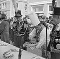 Feest in Huissen Noel de Sloovere bedient gildekoning, Bestanddeelnr 912-6558.jpg