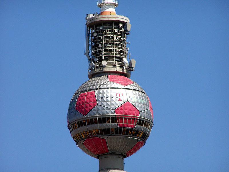 Datei:Fernsehturm Berlin als Fußball.jpg