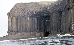 Fingals cave entrance staffa.jpg