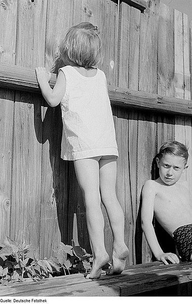 File:Fotothek df roe-neg 0006447 014 Kleines Mädchen, durch ein Loch in einer Bretter.jpg