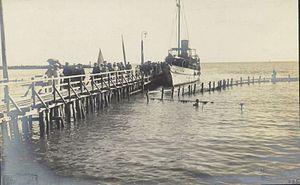 Fran Vesel - Izkrcanje skupine ljudi iz ladje na pomol.jpg