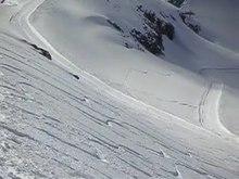 Video eines Snowboarders, der weite Schwünge bei höherem Tempo fährt.