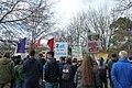 Friedensplatz Demonstranten und ihre Plakate.jpg