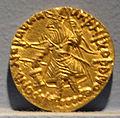 Gandhara, kushan, moneta d'oro di kanishka I che allunga la mani alle vittime, 127-155 ca..JPG