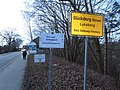 Glücksburg Ortsschild, Bahnhofsstraße Richtung Rüdeheck und Schild Wildvogel--Geflügelpest Beobachtungsgebiet (2017), Bild 2.jpg
