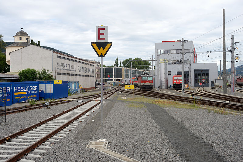 File:Graz Hbf Gleis 862 Traktion Süd.JPG