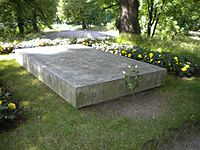 Gustaf VI Adolf, Margaret & Louise of Sweden grave 2009 (1).jpg
