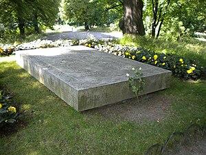 Kungliga begravningsplatsen - Image: Gustaf VI Adolf, Margaret & Louise of Sweden grave 2009 (1)