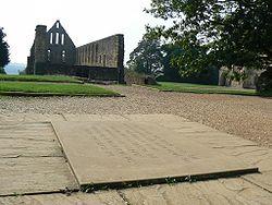 Immagine della targa presso l'Abbazia di Battle, il sito tradizionale dell'altare maggiore dell'Abbazia di Battle fondata per commemorare la vittoria del duca Guglielmo il 14 ottobre 1066. L'altare maggiore fu collocato per contrassegnare il punto in cui morì il re Harold.
