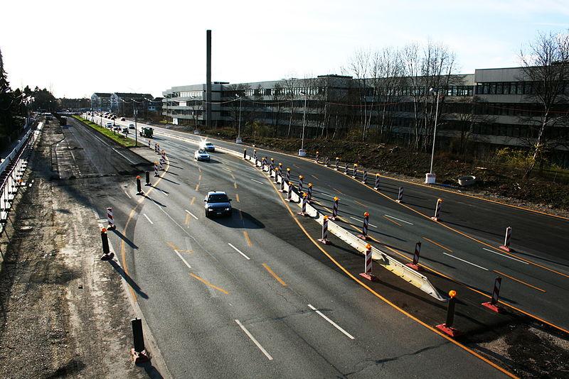 File:Heckenstallerstraße von der Grabbebrücke - Blick Richtung Westen.JPG