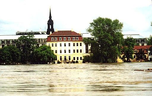 512px-Hochwasser1 Elbhochwasser 2002