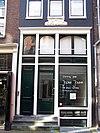 foto van Pand met ingezwenkte halsgevel waarin gevelsteen met beddegoed en 17 d'oude gekroonde beddewinkel 61