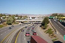 Una autopista de 6 carriles que pasa por debajo de una serie de pasos inferiores