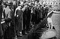 Ihmisiä (vain miehiä) Kolera-altaan reunalla katselemassa moottorivenettä - N203877 - hkm.HKMS000005-km003u27.jpg