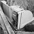 Inpoldering en bemaling, stellen spanstuw, arbeiders, stellen, loopbruggen, Bestanddeelnr 159-0940.jpg