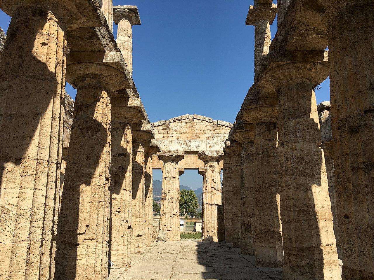 Interior Poseidón Paestum 33.jpg