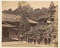 Japanners bij een tempelcomplex in Japan, RP-F-F80344.jpg