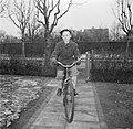 Jongen op de fiets op een tuinpad, Bestanddeelnr 252-8736.jpg
