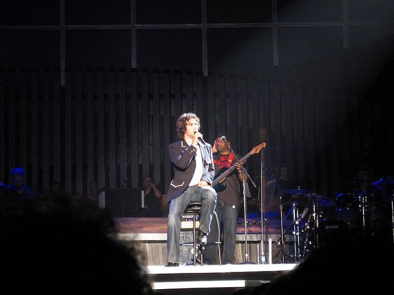 Soubor:Josh Groban in a concert.jpg