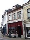 foto van Pand met geverfde lijstgevel, dakkapel en cafépui
