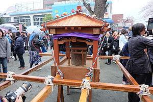 Kanamara Matsuri - Image: Kanamara mikoshi 1