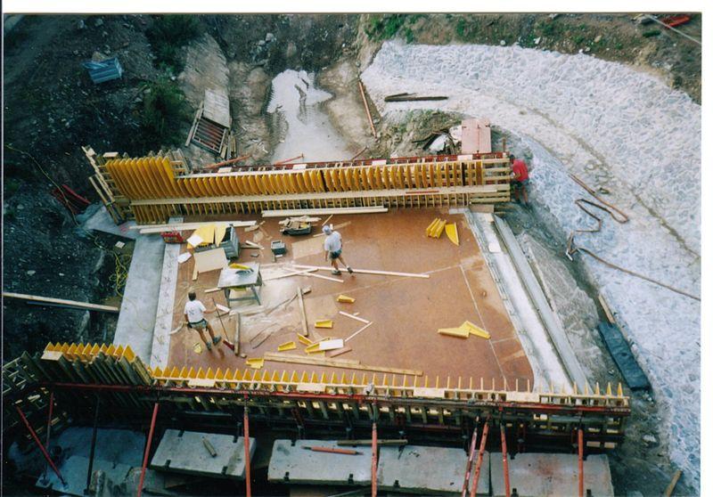 File:Kreuzungsbrücke Mühlgraben Gessenbach im Bau 2000.jpg