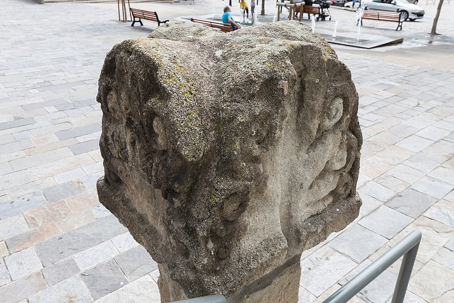 Cippe antique situé place du Clauzel au Puy-en-Velay