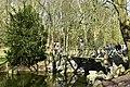 Le pont rustique au dessus du miroir liquide (25705623714).jpg