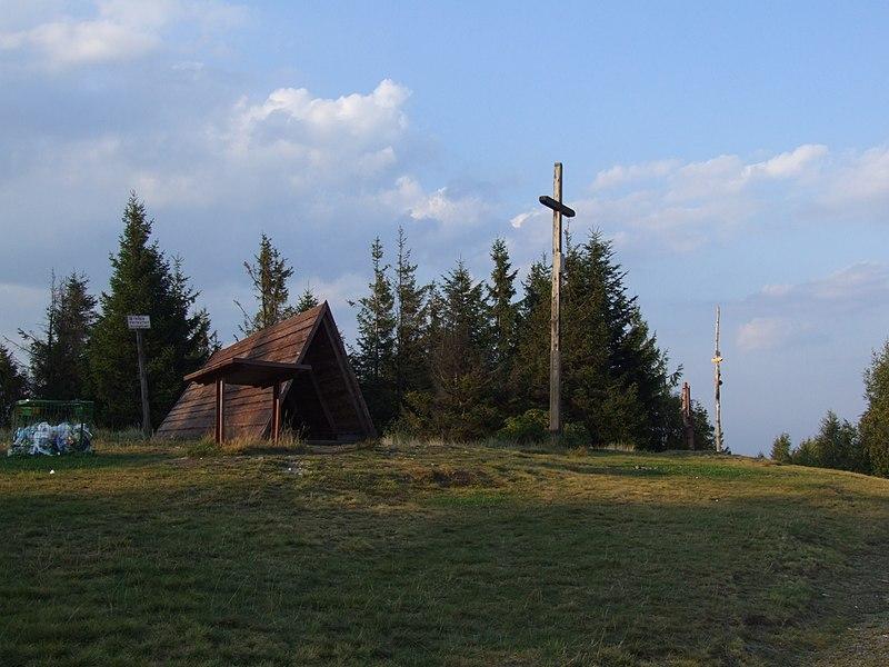 Wiata i krzyż na szczycie Leskowca