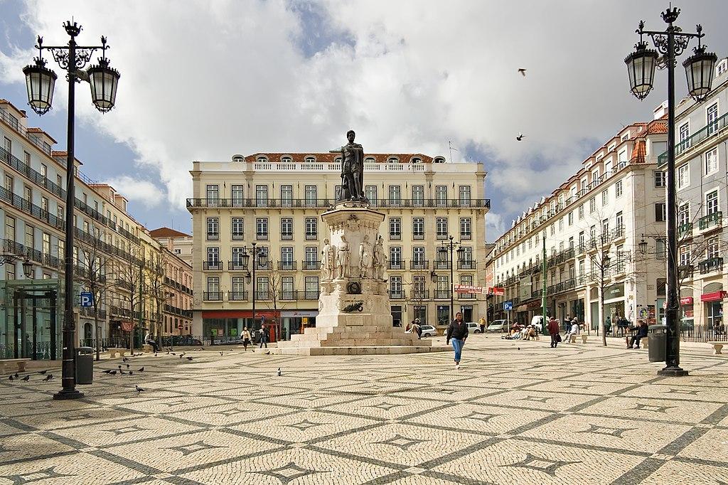 La place Luis de Camoens dans le quartier du Chiado à Lisbonne, au Portugal. Photo de Luca Galuzzi