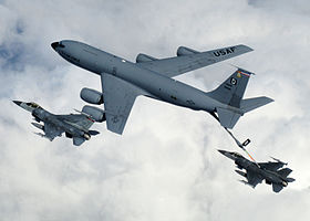 Un KC-135 Stratotanker de l'US Air Force ravitaillant un F-16 en 2014.