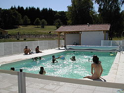 Οικογένειες απολαμβάνουν το μπάνιο τους στο Monts de Bussy στη Γαλλία.