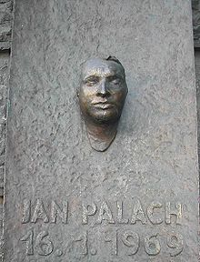 Μνημείο στον Γιαν Πάλαχ, στη φιλοσοφική σχολή του πανεπιστημίου της Πράγας.
