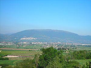 Vista del versante occidentale monte Subasio, nella sua interezza. Sulla prima costa, a sinistra, si nota la città di Assisi.